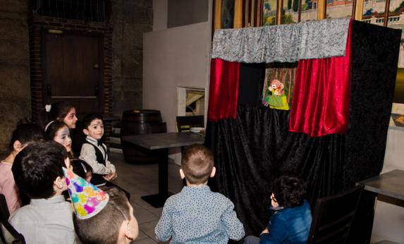 Le spectacle de marionnettes devant les enfants