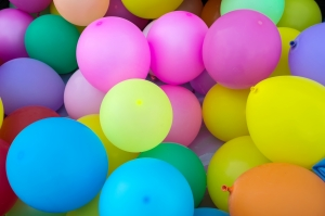 Une multitude de ballons de toutes les couleurs