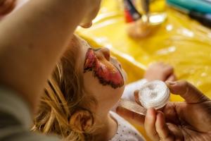 Le maquillage papillon d'une petite fille